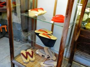 altos tamancos usados pelas maiko
