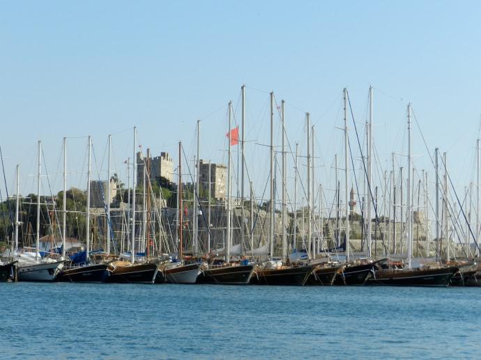Marina e Castelo de São Pedro ao fundo