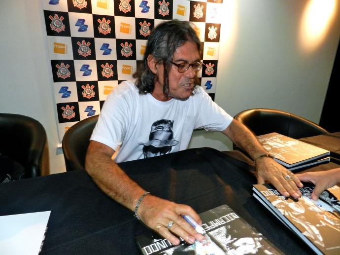 Daniel Augusto Jr. autografa livros no lançamento de seu livro sobre a conquista do Bi Mundial do Corinthians