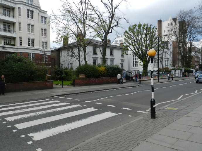 Abbey Road Studios e a famosa faixa de pedestres eternizada pelos Beatles
