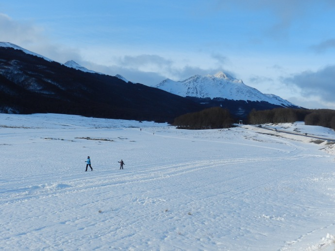 Praticantes de esqui alpino ou de fundo no Centro Invernal Tierra Mayor