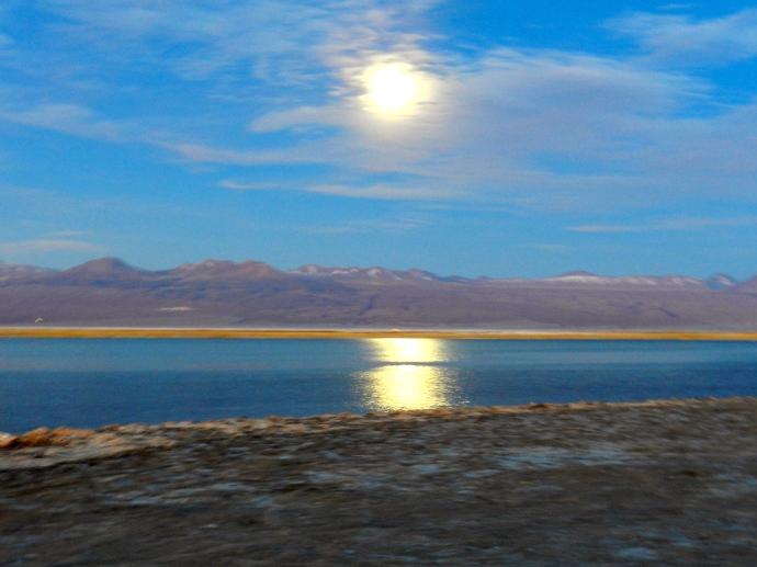 E para finalizar: um incrível reflexo da lua cheia na lagoa!
